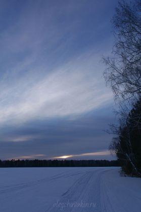 Красивый закат на фоне деревьев, фото, снег, март