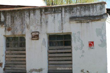 Мастерские ПТУ, село, закрыты, окна заколочены, вид сбооку, фото