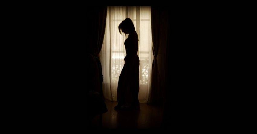 Силуэт девушки, тёмная комната, шторы, фото
