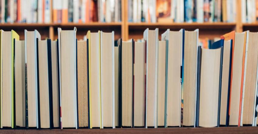 Книги на полке, фото, иллюстрация