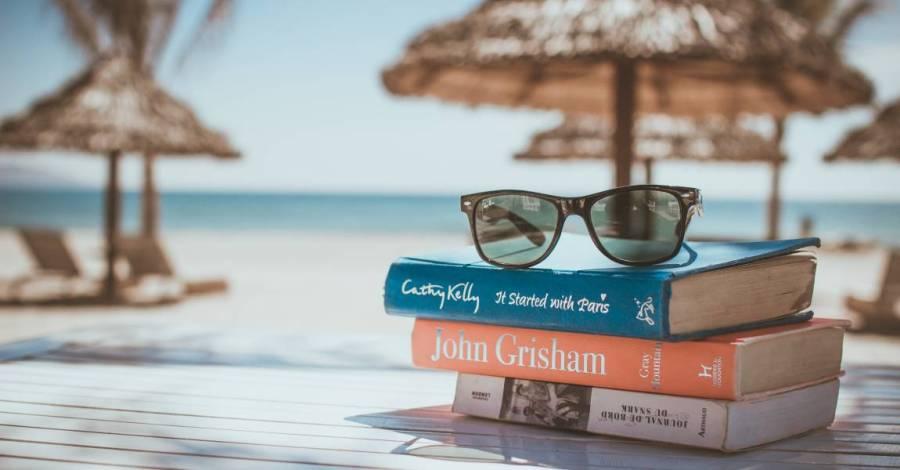 Книги на пляже, зонтики, очки солнечные, фото