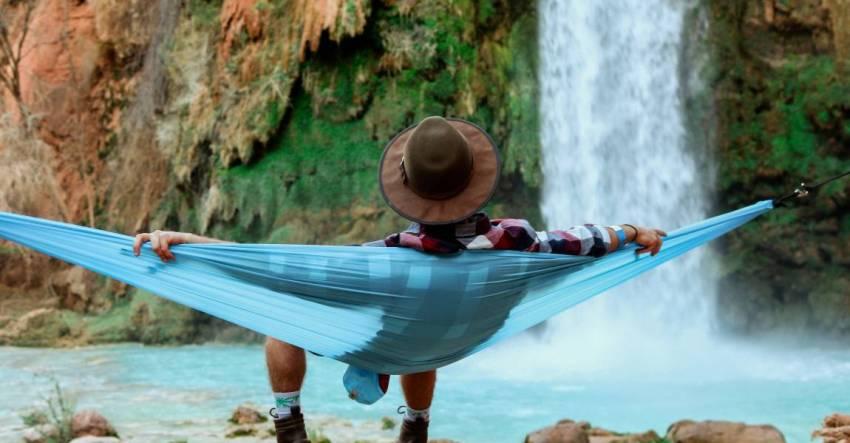 Человек в гамаке, водопад, гора, фото, иллюстрация