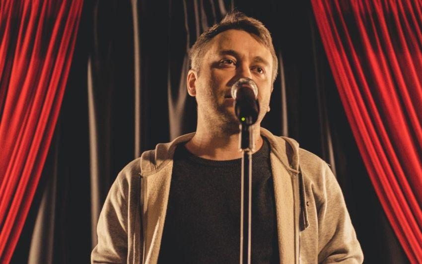 Андрей Шевцов, у микрофона, поэт, читает стихи, фото