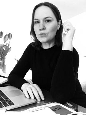 Ксения Кумм, за компьютером, пишет отзыв, о конкурсе, История любви