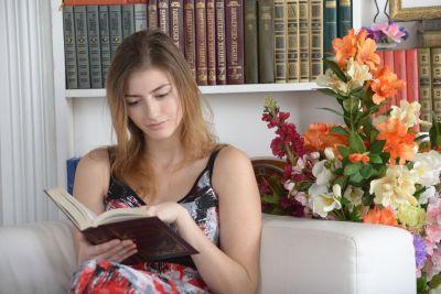 Девушка, книга в руках, читательница, книжные полки