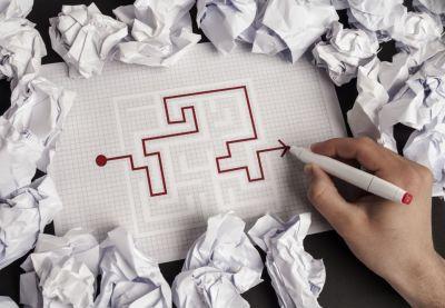 Лабиринт, нарисованный, рука, ручка, скомканная бумага, писатель