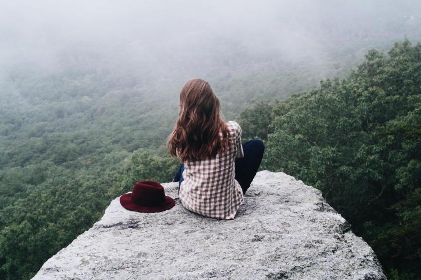 Девушка, лес, утёс, вид, счастье, единение с природой