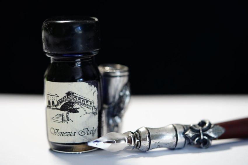 Чернила, перьевая ручка, труд писателя, рукопись