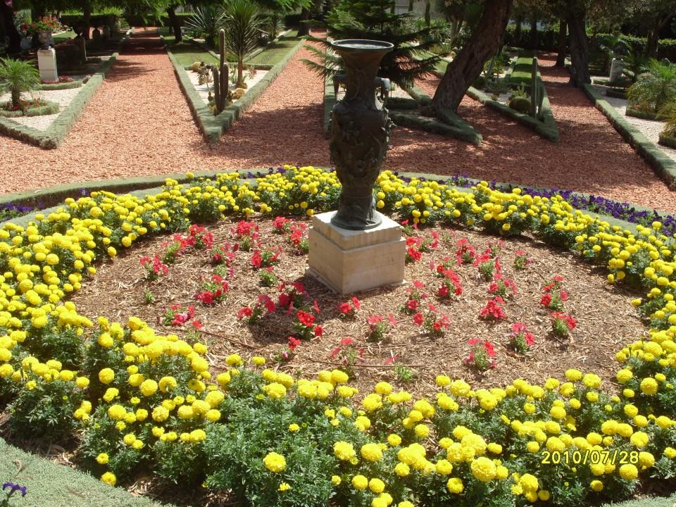 Вазы и цветы Бахайских садов