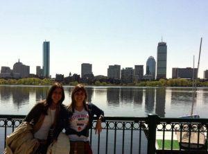 Pilar y Carmen en Cambridge con Boston detrás