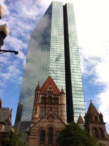 Imagen típica de Boston, John Hancock Tower e Iglesia de la Trinidad