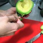 Sacando el aguacate con cuchara