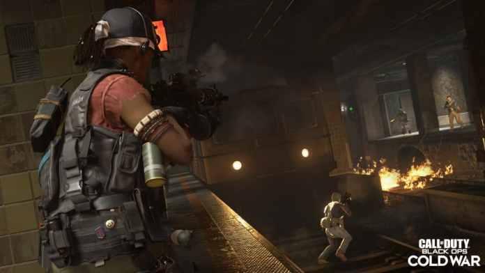 """Imagem mostrando cena do jogo """"Call of Duty: Black Ops -Cold War"""", com tiroteio envolvendo duas duplas lutando entre si."""