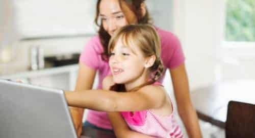 Criança no computador