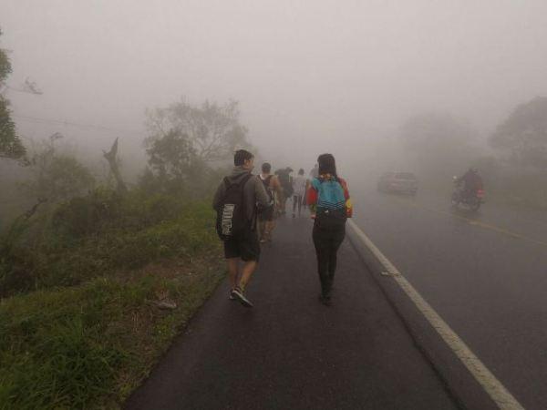 Andando na rodovia no meio da neblina na saída da Trilha da Ferradura em Paranapiacaba SP