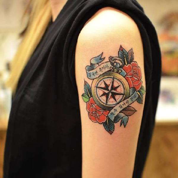 Uma das principais tatuagens de viagem são de bussola ou rosa dos ventos