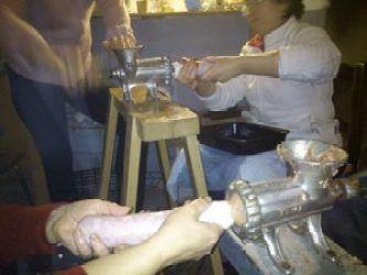 embutiendo salchichón