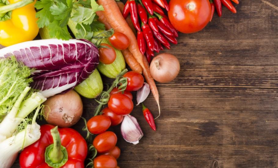 légumes frais bio sur table