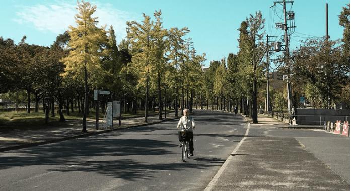 L'homme qui fait du vélo le plus lentement au monde