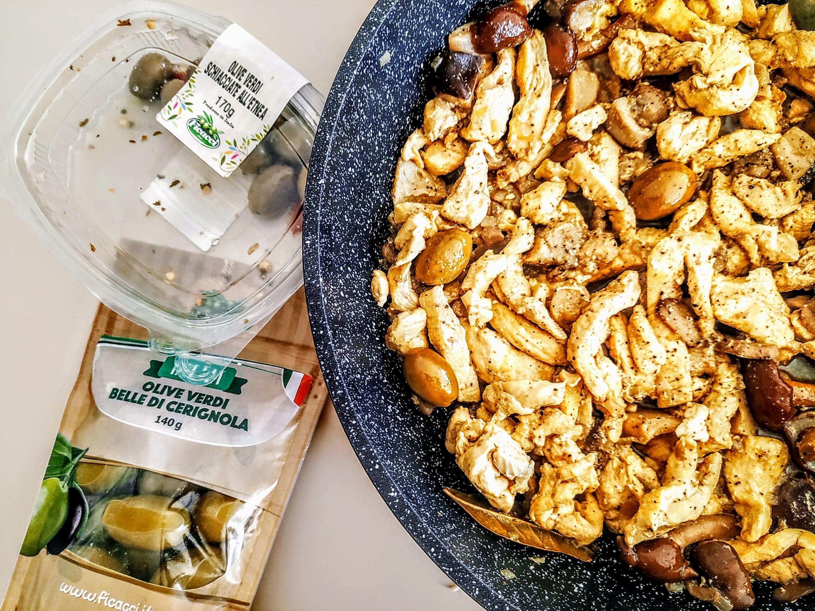 Straccetti-di-pollo-con-funghi-e-olive