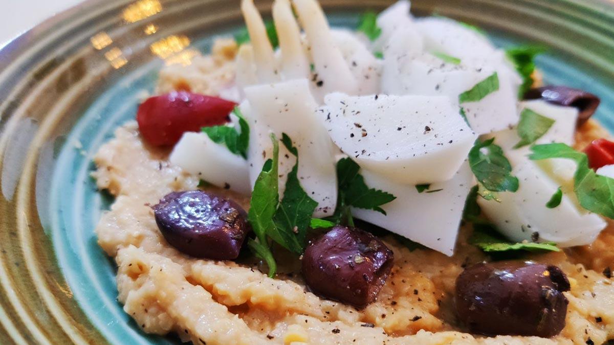 Insalata-di-seppia-crema-di-ceci-e-olive