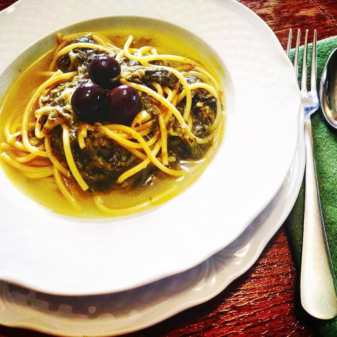 Spagehtti con scarola e olive greche