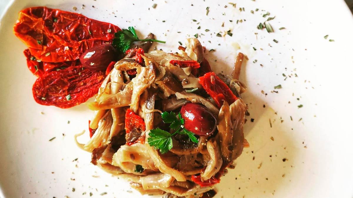 Funghi pleorotus con olive e pomodori secchi in padella