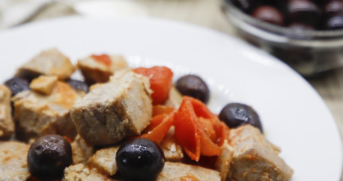 Cubetti-di-tonno-con-olive-e-pomodorini