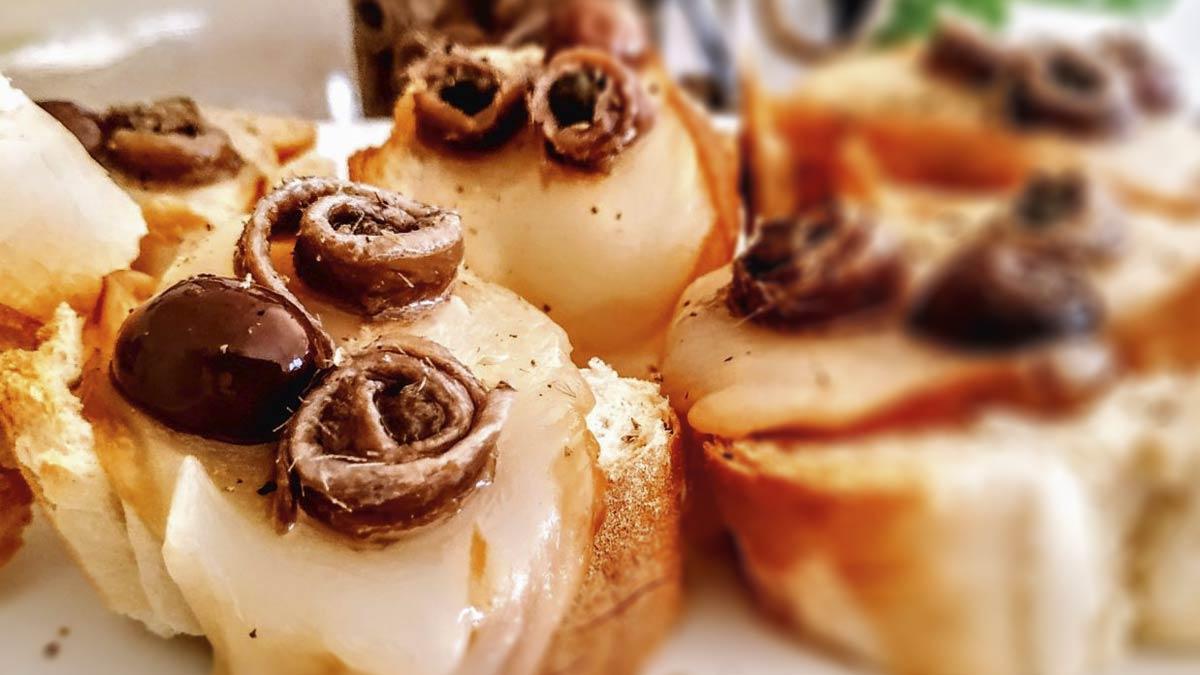 Crostini-con-scamorza-acciughe-e-olive