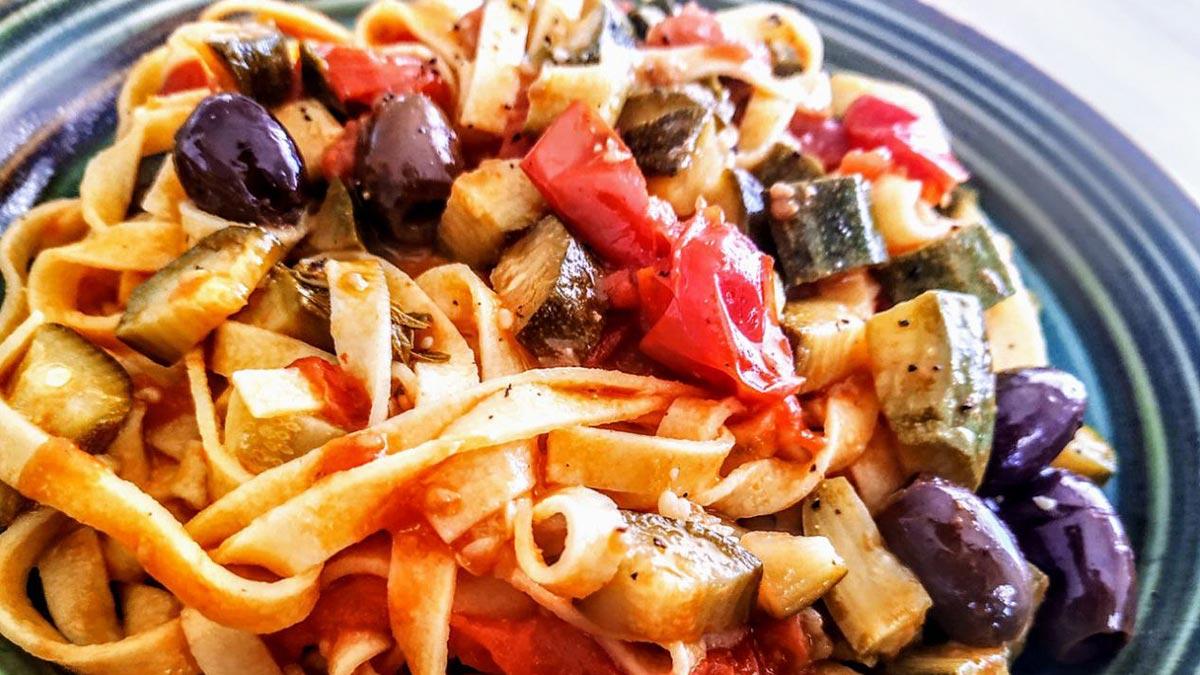 Tagliolini-con-zucchine-pomodorini-e-olive