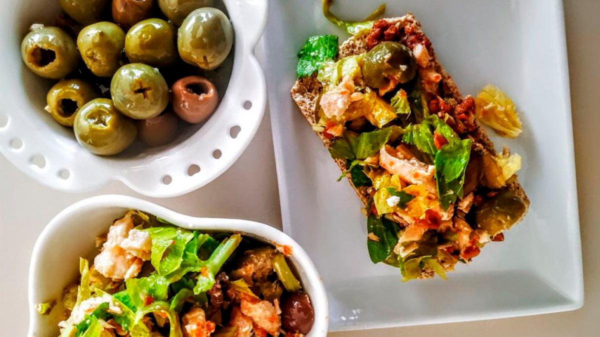 Crostini olive salmone e pomodori