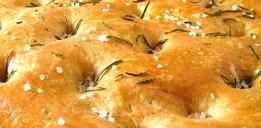 Selbst gemachtes Olivenblätter-Salz auf einer Focaccia