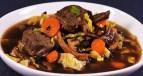 Gemüse-Rindfleisch-Suppe im MisoStyle mit Olivenblättern