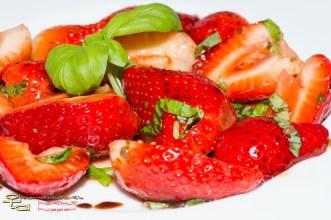 Erdbeeren mit grünem Pfeffer, Basilikum und Aceto balsamico