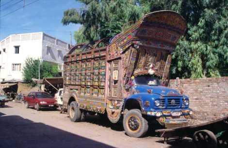 Camion décoré dans une rue de Rawalpindi, le 2 août 1999