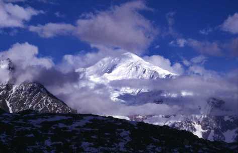 Le «Golden Throne» (ou Baltoro Kangri, 7312m) pris à la faveur d'une éclaircie le 13 août 1999