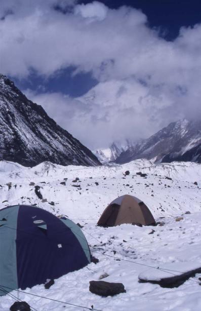 À Concordia après une chute de neige, en direction du K2 dont on devine la silhouette ; le 14 août 1999
