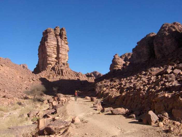 Montée en direction du plateau par une piste datant de la colonisation, le 10 mars 2006
