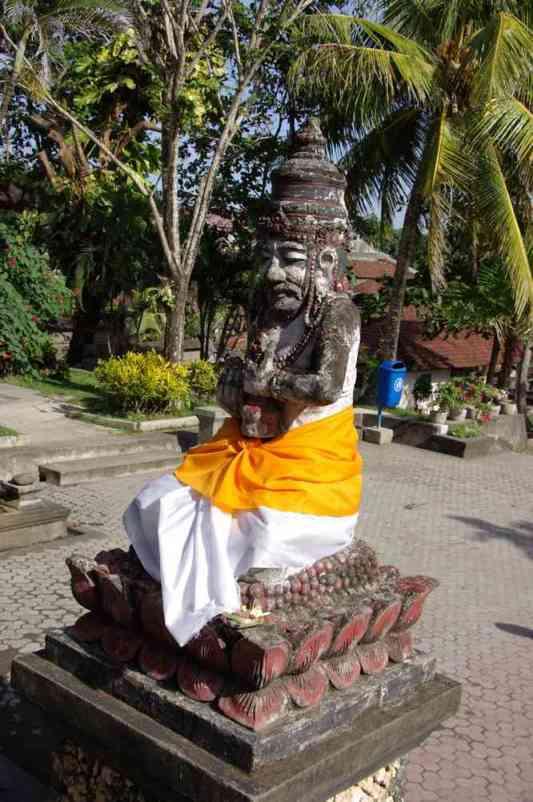 Statue recouverte d'un sarong au temple de Tanahlot