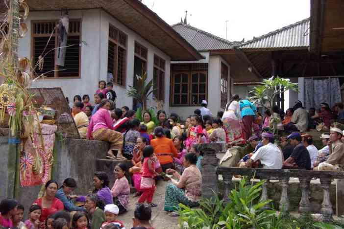 Rassemblement dans un temple pour la fête hindoue de Kuningan, le 7 juillet 2007