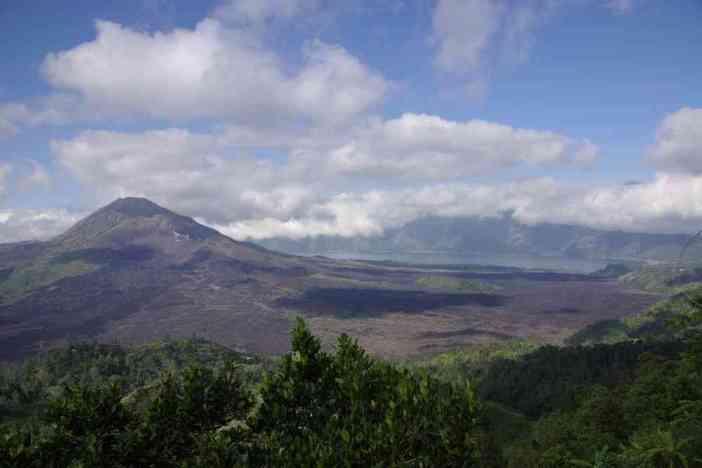 Vue générale de la caldeira du Batur et du volcan éponyme, le 7 juillet 2007