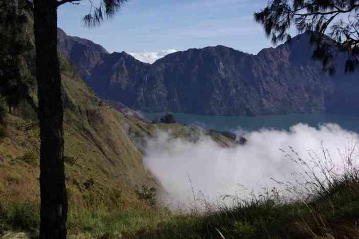 Vue partielle de la caldeira du Rinjani depuis le premier camp, le 11 juillet 2007
