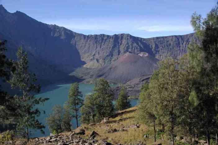 Le Rinjani, le lac Segara Anak et le cône du Barujari, pendant la remontée, le 13 juillet 2007