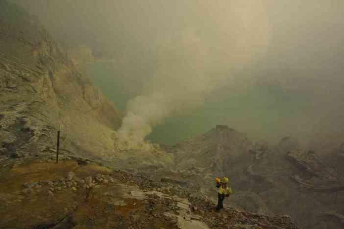 Vue fantomatique du lac d'acide sulfurique du Kawa Ijen, le 16 juillet 2007