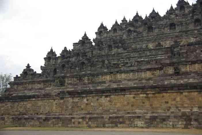 Vue partielle du stûpa géant de Borobudur, le 23 juillet 2007