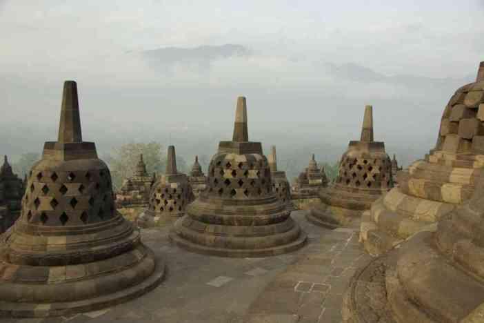 Petits stûpas secondaires au sommet de la pyramide de Borobudur, le 23 juillet 2007