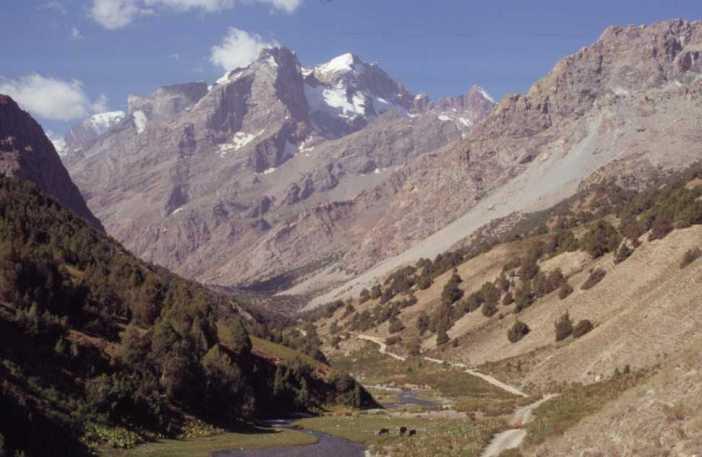 Sortie de la vallée de Chapdara et vue sur le pic Adamtach (4700 m), le 20 août 2004