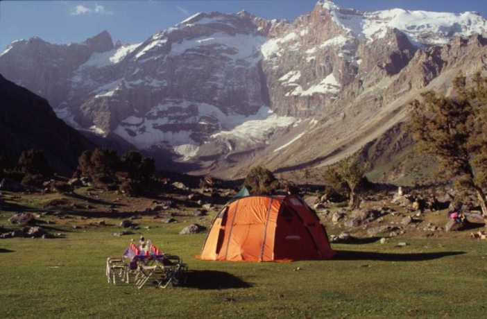 La table du petit déjeuner devant le pic Mirali (5120 m), le 17 août 2004