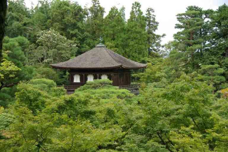 Le pavillon d'Argent (Ginkaku-ji) émergeant des arbres, le 15 septembre 2007 ()