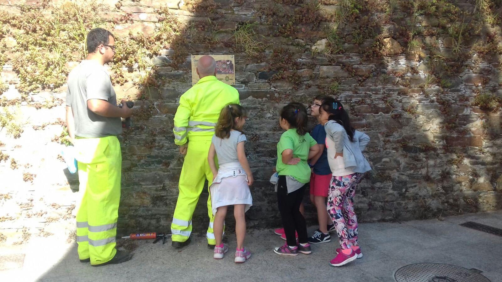 Alumnos do CEIP Nicolás del Rio sinalizan as portas da Cedeira medieval con códigos Q